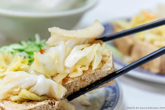 MG 2586 - 老吳臭豆腐,小黃瓜與泡菜多到直接滿出來!隱身巷內超過40年的老店好味道