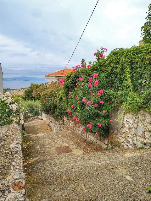 Miasteczko znajduje się w północnej części wyspy Krk
