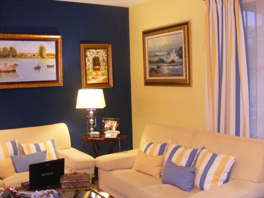 Decoracion actual de moda paredes pintadas de dos colores - Colores para paredes de salon ...