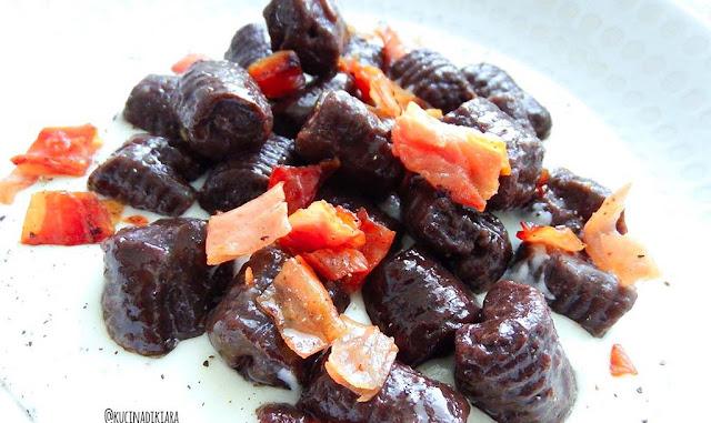 Gnocchi al cacao su fonduta di gorgonzola e speck croccante