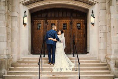 Novios dirigiéndose al lugar de la ceremonia, mientras que la novia mira hacia atrás