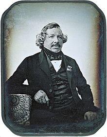 Penemu Kamera adalah Louis Jacques Monde da Guerre & Edwin Land dari Amerika