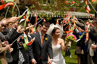 saída dos noivos, casamento, noivos, noiva, noivo, cerimônia, saída, fitas de cetim