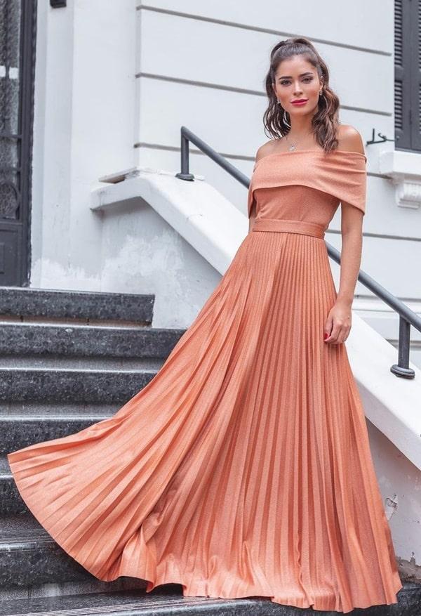vestido longo terracota com saia plissada e decote ombro a ombro