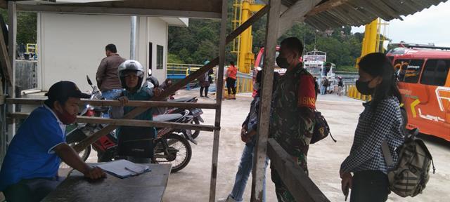 Penegakan Disiplin Protokol Kesehatan di Pelabuhan Tigaras Oleh Personel Jajaran Kodim 0207/Simalungun