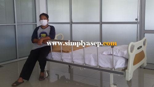 MENUNGGU OPERASI :  Saya menunggu saat operasi dilakukan (18/5), bunda dan anak lakui laki saya menunggu di ruangan lain.  Foto Asep Haryono