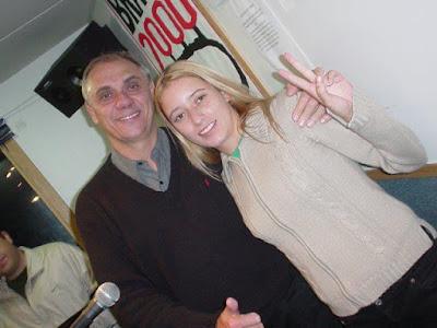 """Corta pra eles: O jornalista Marcelo Rezende, uma das """"vozes-padrão"""" do programa, nos tempos da Brasil 2000, e a produtora do Garagem, a Espetacular Larissa Zylbersztajn (Foto: Divulgação)"""