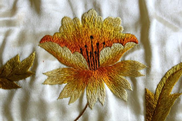 bordado flor amarilla