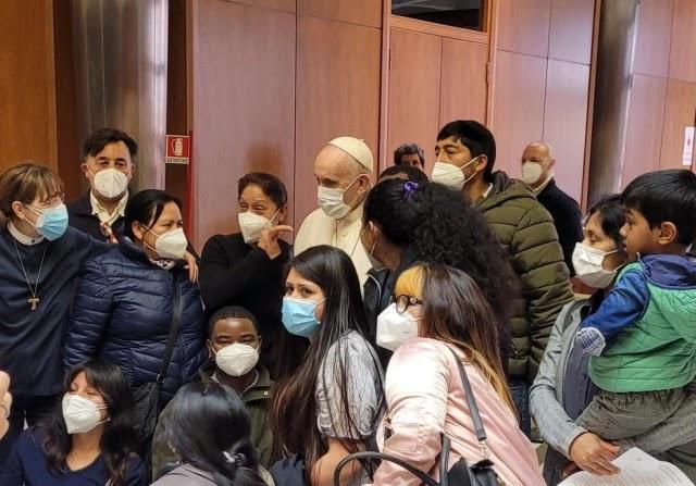Papa encontra pessoas carentes em fila de vacinação no Vaticano