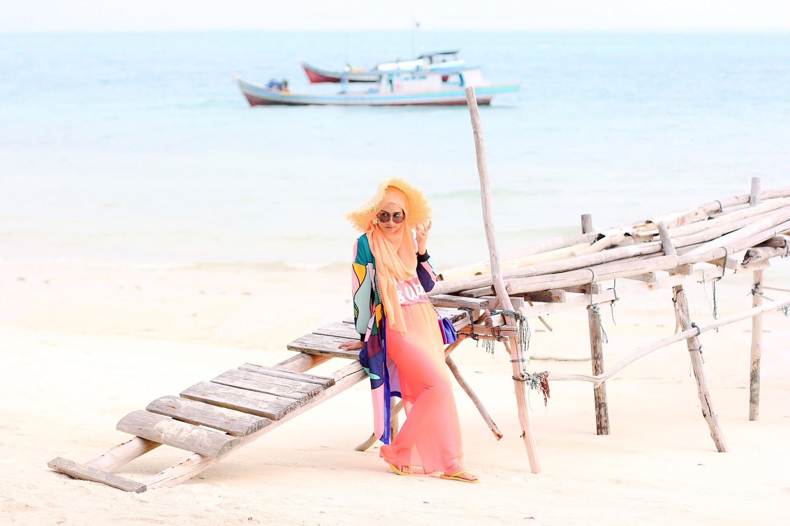 Gaya foto di Pantai Manfaatkan Dermaga Buatan cewek manis dan seksi