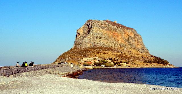 O rochedo de Monemvasia e o istmo que dá acesso ao Kastro