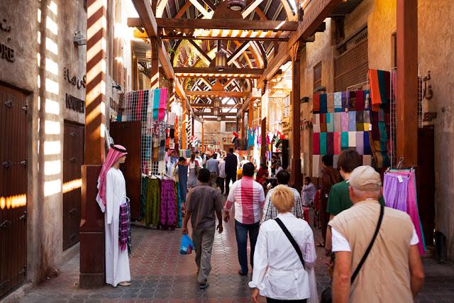 Ngoài bán các loại gia vị để nấu các món ăn hấp dẫn ra thì chợ gia vị Sice Souk còn bán cả đồ chơi trẻ em, khăn choàng, quà lưu niệm, bộ dụng cụ vẽ Henna và các món đồ truyền thống của người dân địa phương.