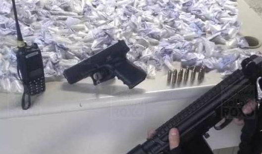 Polícia prende homem com pistola e drogas em comunidade de Belford Roxo