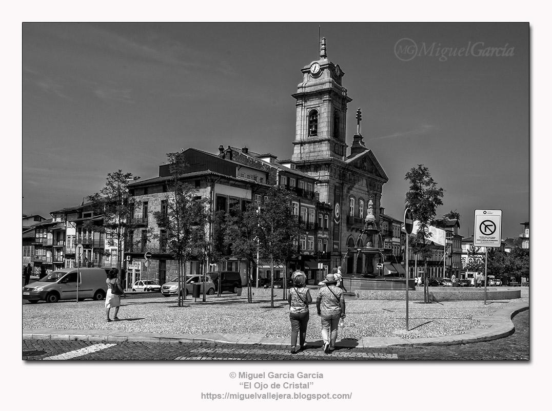 Guimarães.- Largo do Toural, Basílica de São Pedro.