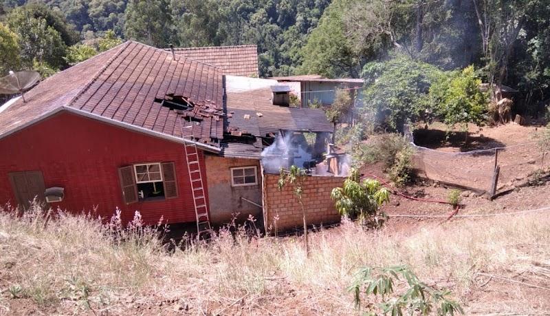Incêndio em residência em Arabutã