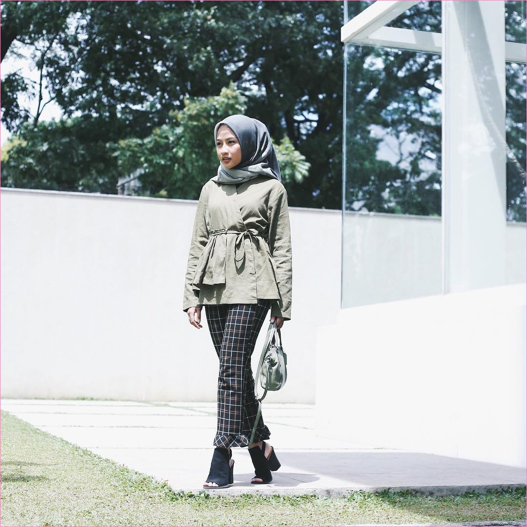 Outfit Baju Top  Blouse Untuk Hijabers Ala Selebgram 2018 blouse ikat hiaju army celana cullotes kotak coklat tua wedges high heels hitam segiempat hijab square abu sedang ciput rajut slingbags abu muda ootd trendy taman kaca