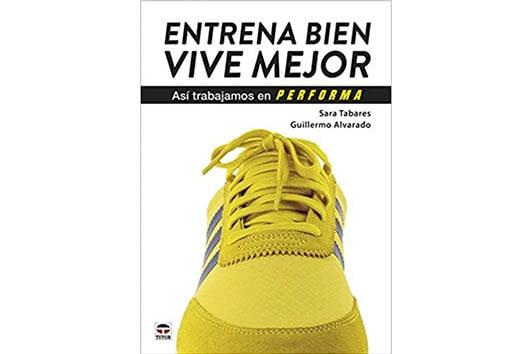 Una zapatilla amarilla de frente