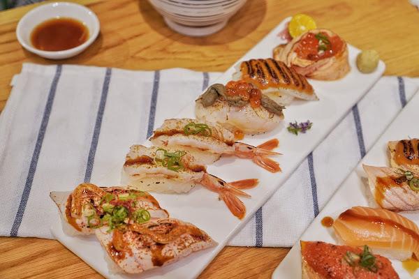 台南南區美食【伊豆讚壽司專賣】餐點介紹-花枝海膽Sauces、炙燒鮭魚親子握