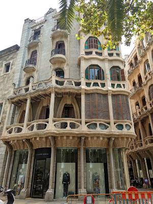 Casco antiguo con un edificio parecido al de Gaudi en Barcelona