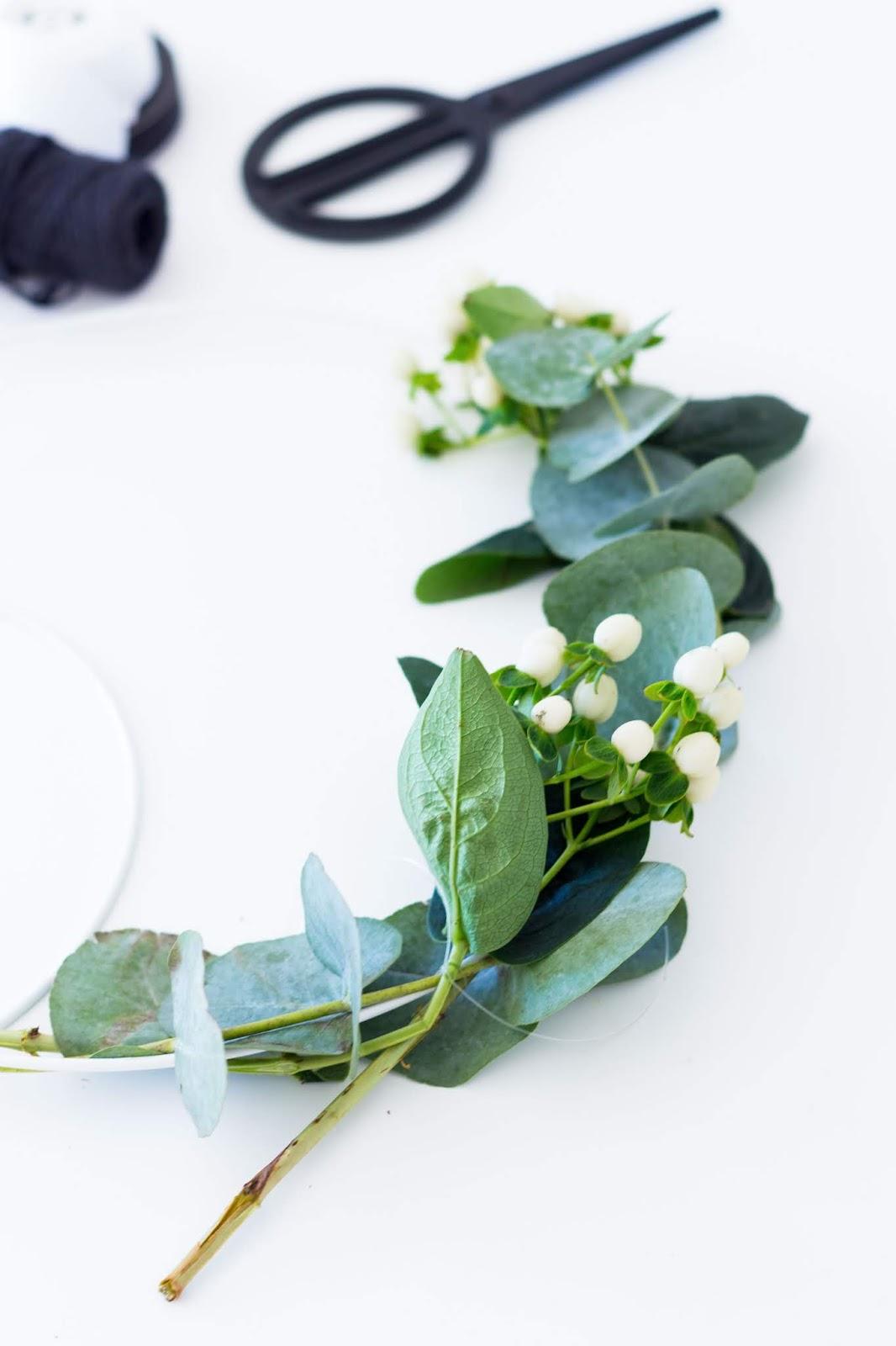 DIY | Herbstkranz aus Eukalyptus und Schneebeere selber binden | www.sparklyinspiration.com