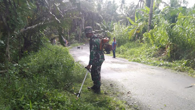 Babinsa Desa Kordakel Pimpin Karya Bhakti Pembersihan Jalan Umum