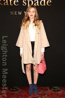 レイトン・ミースター(Leighton Meester)は、ケイトスペード(Kate Spade)のコート&シャツ&スカート&バッグ、ニコラスカークウッド(Nicholas Kirkwood)のブーツを着用。