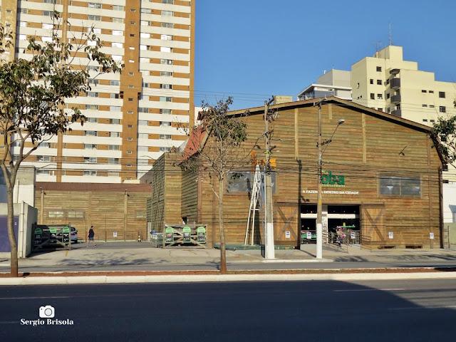 """Vista ampla do curioso """"galpão de fazenda"""" na Vila Mariana - São Paulo"""