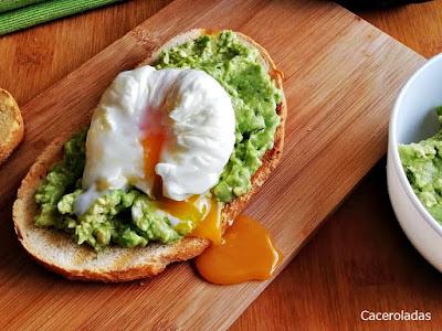 tosta de aguacate con huevo escalfado