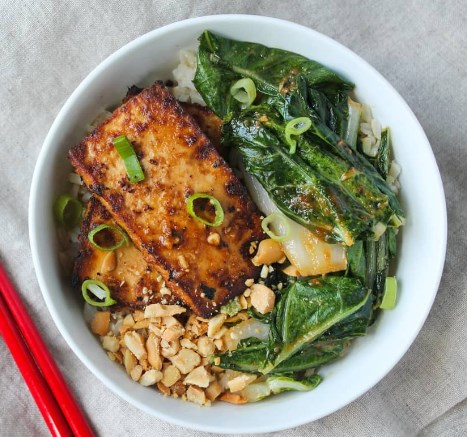Spicy Peanut Tofu and Bok Choy Rice Bowl #vegetarian #lunch