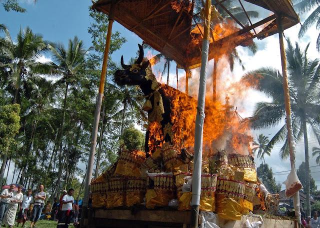 Acara Adat Ngaben merupakan contoh Peninggalan Bersejarah di Indonesia