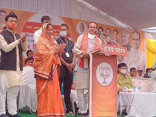चाहे कानून ही क्यों न बदलना पड़े राजस्व की जमीन पर काबिज लोगों को दिए जाएंगे पट्टे - मुख्यमंत्री श्री चौहान