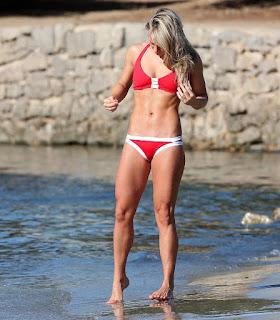 sexy rubia marcando cameltoe bikini