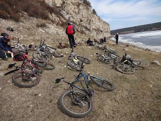 Велосипедисты на скалах