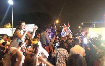 Люди святкують смерть Фіделя Кастро