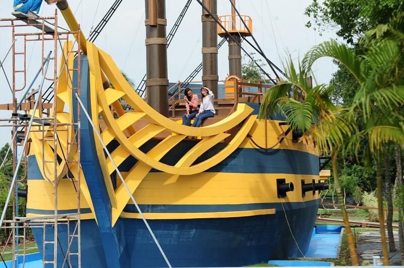 Du khách chụp hình trên du thuyền mắc cạn