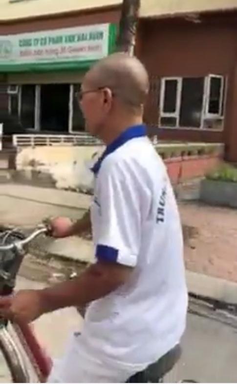 Sau khi bị xử phạt thì bác đã đi xe đạp rồi mà các cháu vẫn không tha :v