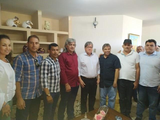 Prefeito de Amparo esteve presente na cerimônia de assinatura para ordem de serviço de asfalto que liga Juazeirinho a Santo André