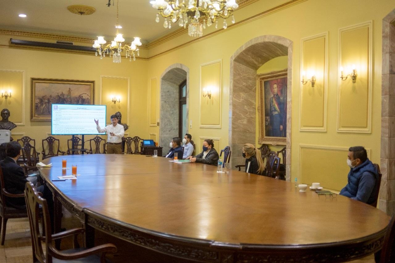 Miembros y técnicos del TSE en reunión con la presidenta Añéz el domingo en Palacio de Gobierno / ABI