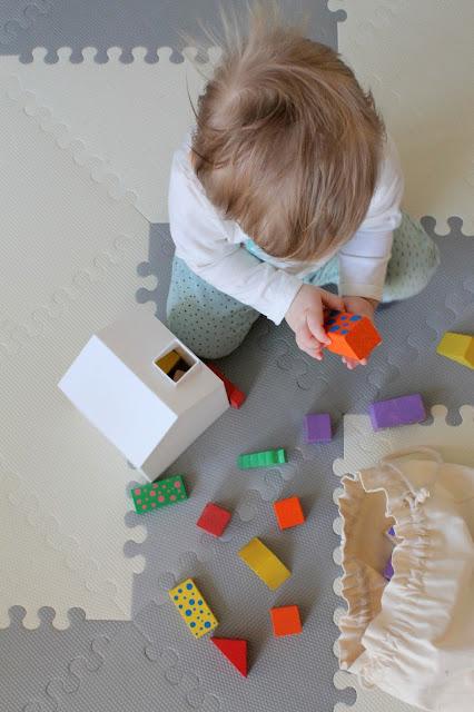 zabawy, zabawa, zabawy z niemowlakiem, dziecko, niemowlę, sorter, sorter kształtów, klocki drewniane