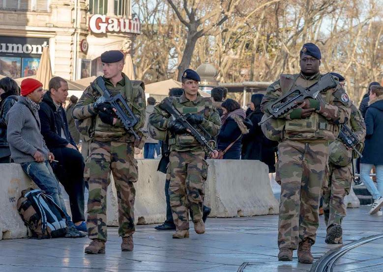 Para generais, ruas francesas estão se assemelhando às do Afeganistão