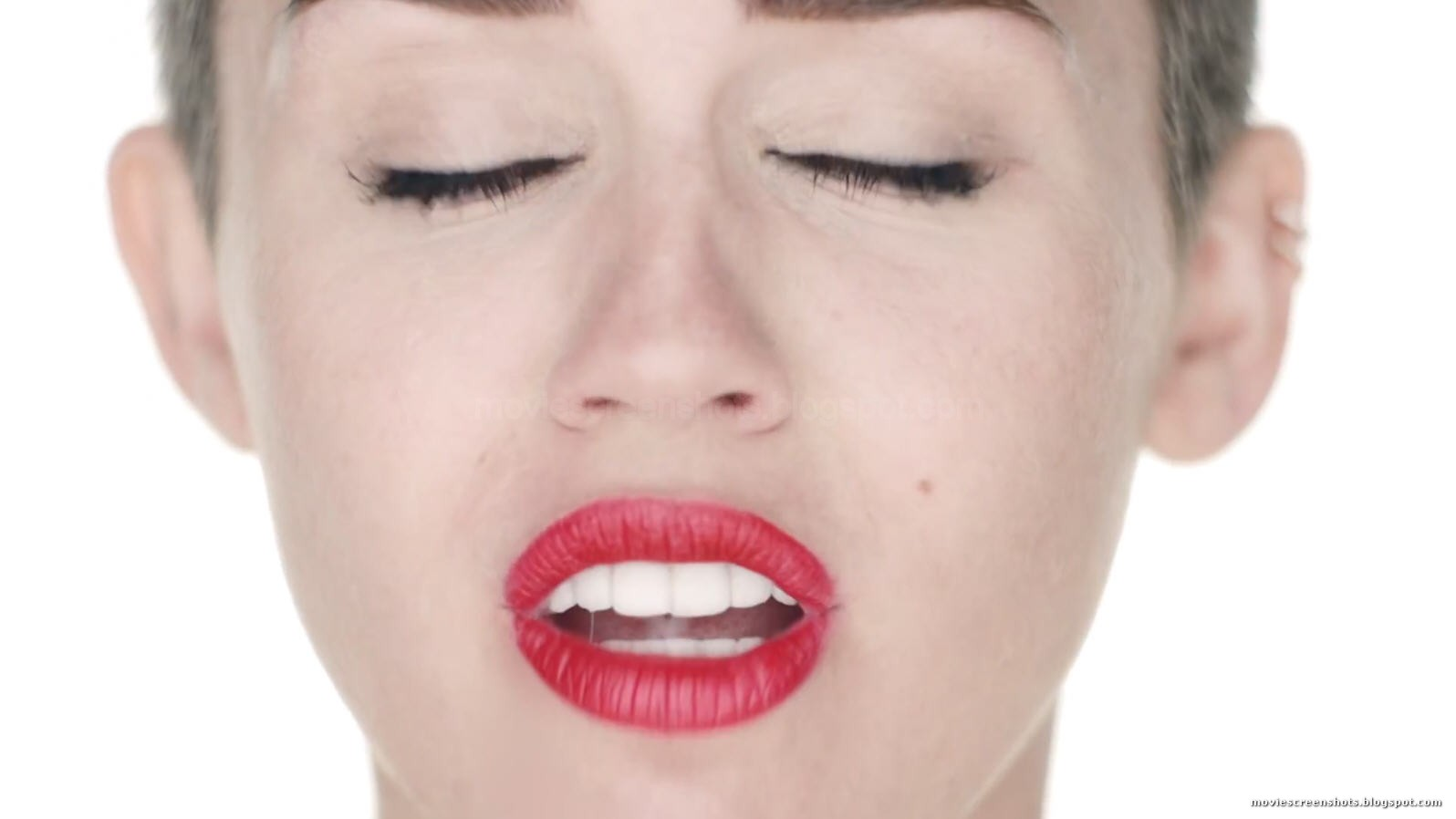 Vagebonds Movie Screenshots Miley Cyrus - Wrecking Ball -3182