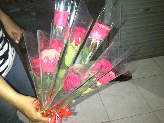 bunga mawar tangkaian atau contongan di hari kasih sayang valentine day