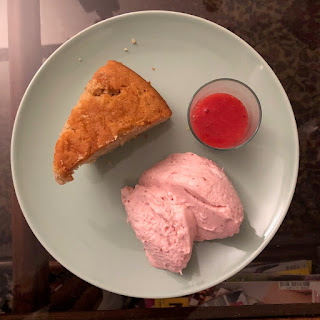 Part de gâteau à la crème fraîche accompagné d'une mousse et d'un coulis de fraises