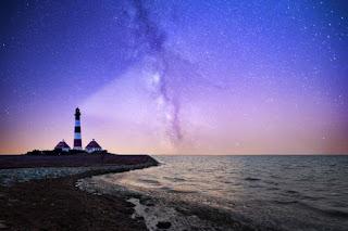 Lighthouse in the night - Unsplash.com