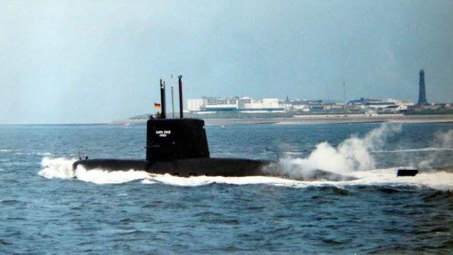 El ARA Santa Cruz rumbo a sus pruebas de mar. Todavía lleva la bandera de Alemania Occidental