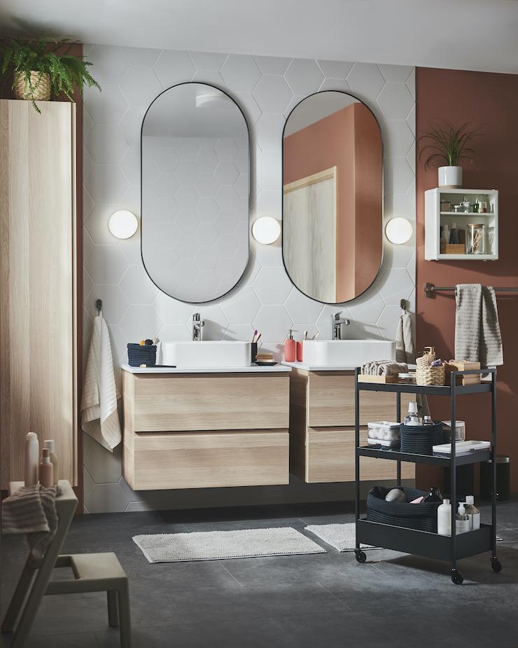 Novedades catálogo IKEA 2021 en baños: baño con espejo ovalado nuevo de IKEA 21.