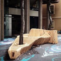 Bancos de madera alrededor de árboles