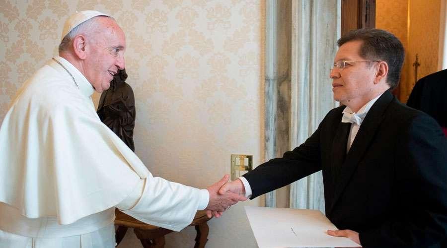 Francisco recibiendo al entonces nuevo embajador de Bolivia en 2016 / VATICAN MEDIA