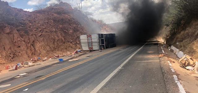 Em Marcolândia, PM confirma morte de caminhoneiro após acidente na 'ladeira do s'; motorista ficou preso às ferragens do veículo rapidamente tomado pelo fogo