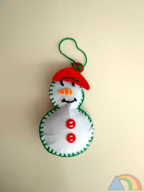 Muñeco de nieve hecho con fieltro y relleno con guata